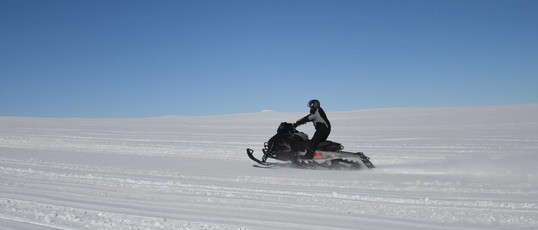 Adrenalinekick in Lapland: met snelheden van 70 km/u sneeuwscooteren