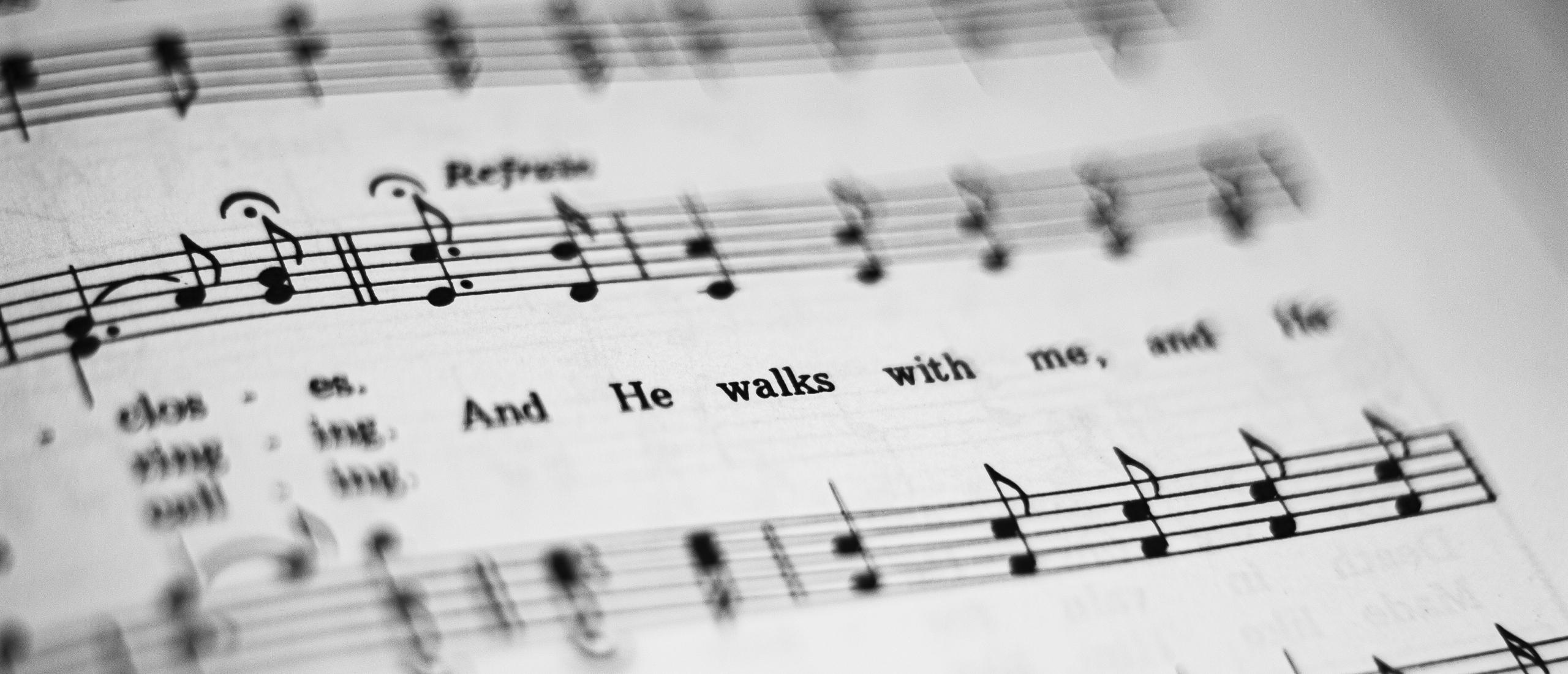 Hoe kies je een comfortabel tempo om nieuwe muziek te zingen?