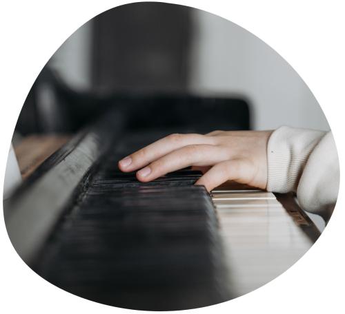 handen van een kind die piano speelt