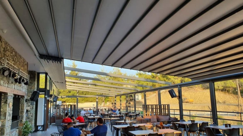 Een pergola terrasoverkapping is geschikt voor zakelijk-zsm zonwering