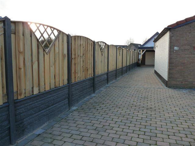 Betonnen schutting met houten elementen
