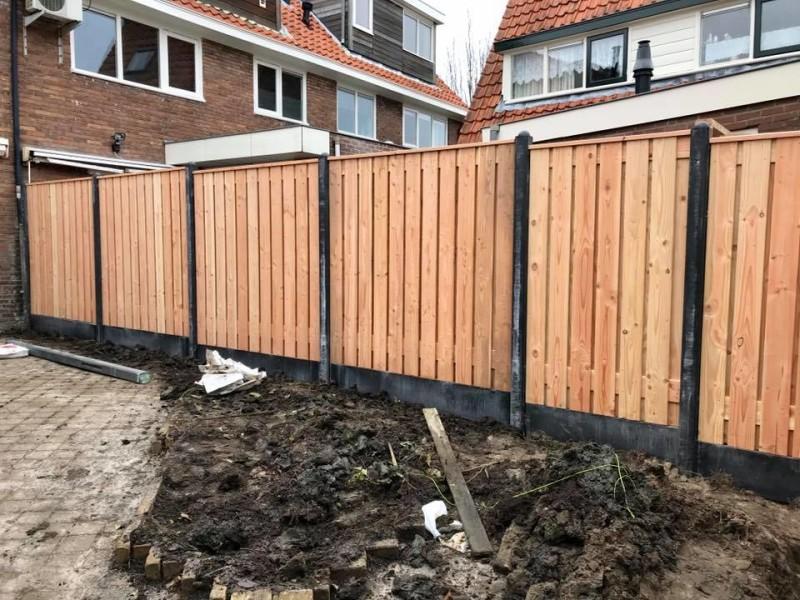 Standaard douglas hout-betonschutting laten plaatsen