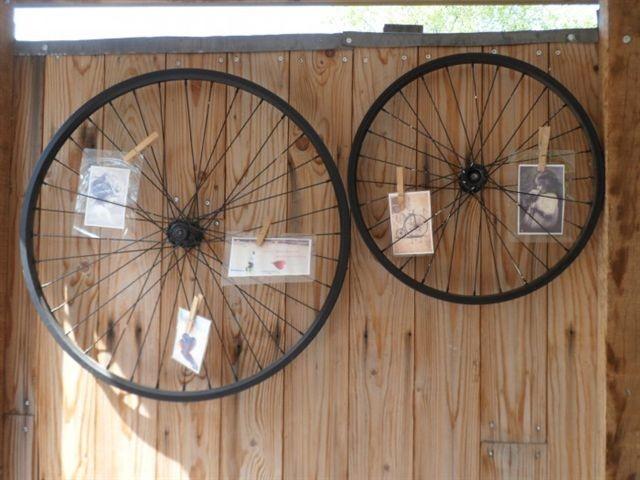 Oude fietswielen aan je schutting