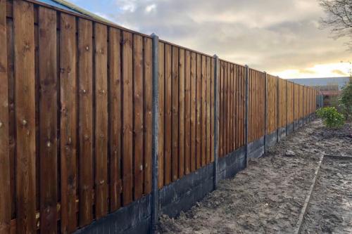 Standaard hout-betonschutting met Nobifix scherm